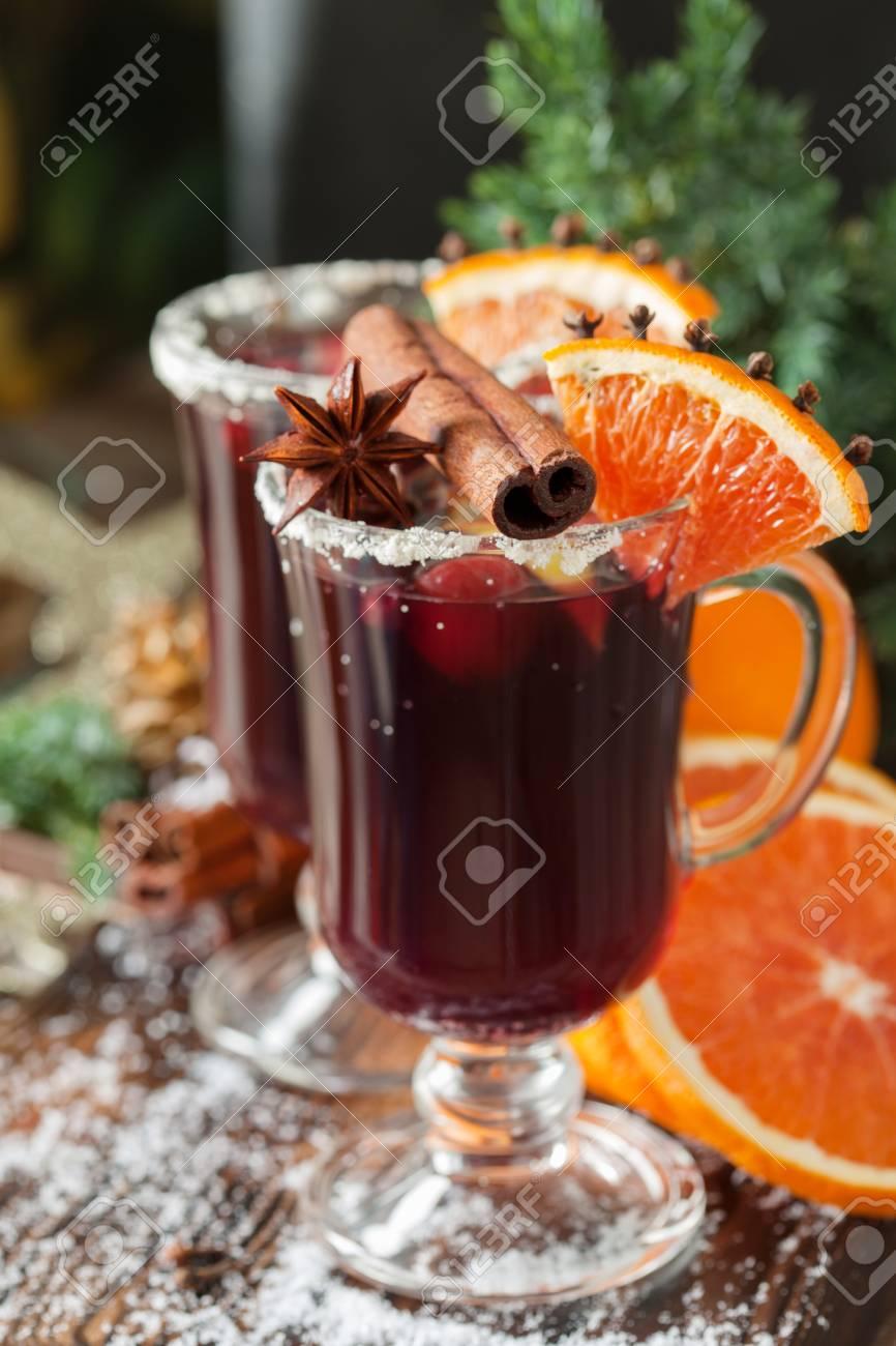 Verres de punch pour l'hiver et Noël avec des fruits et du vin, du vin chaud
