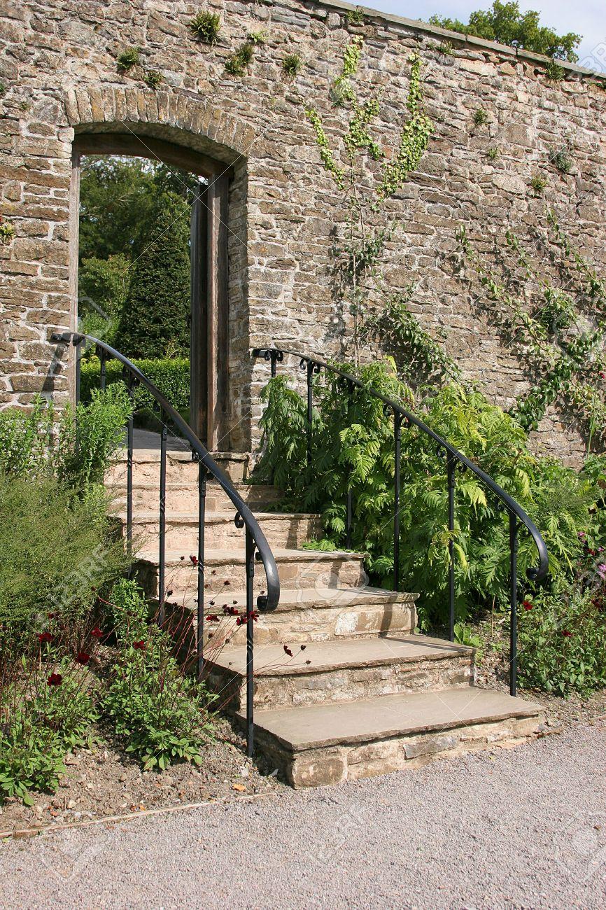 Escalier Antique De Jardin Avec Des Balustrades En Métal, Ensemble ...