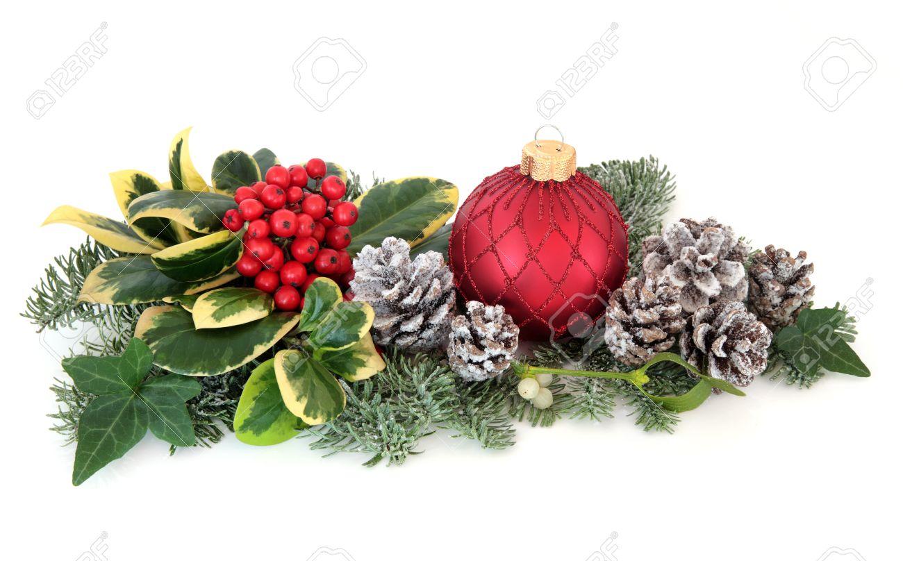 Palline Di Natale Con Rametti decorazioni di natale con agrifoglio, palline rosse, vischio, edera, abete  e cedro foglia rametti con neve coperto di pigne su sfondo bianco