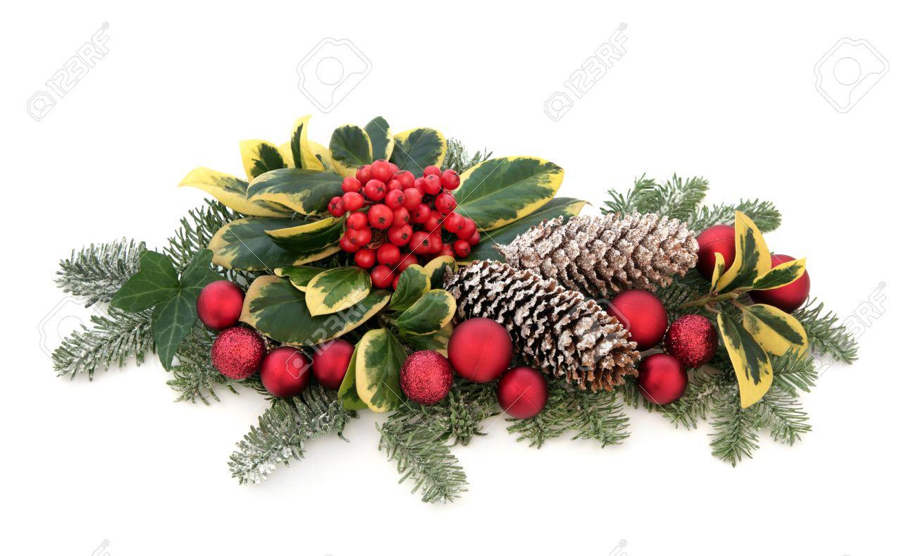Boule Decoration.Décoration De Noël Avec Boule Rouge Houx De Lierre Le Gui Branches De Sapin Et De Cèdre Feuilles Avec De La Neige Couverte De Pommes De Pin Sur