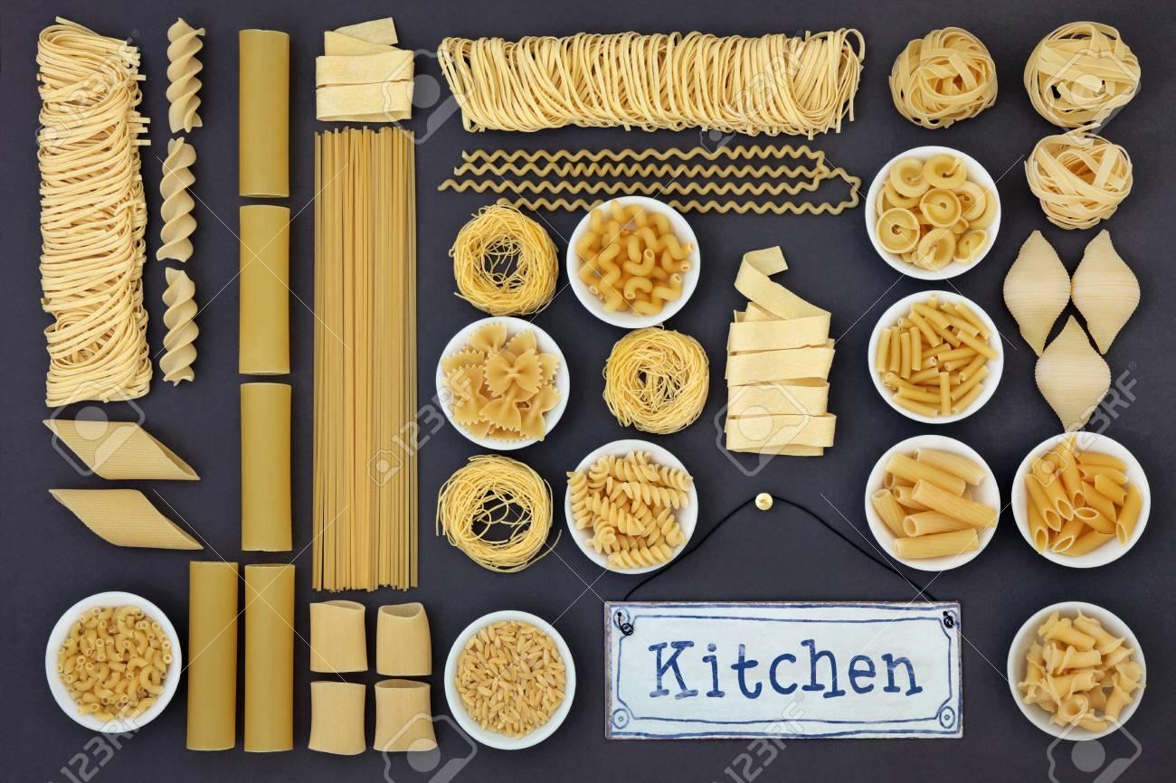 Getrocknete Italienische Pasta Lebensmittel Sammlung Mit Küche Zeichen  Einen Abstrakten Hintergrund über Grau Bilden. Standard