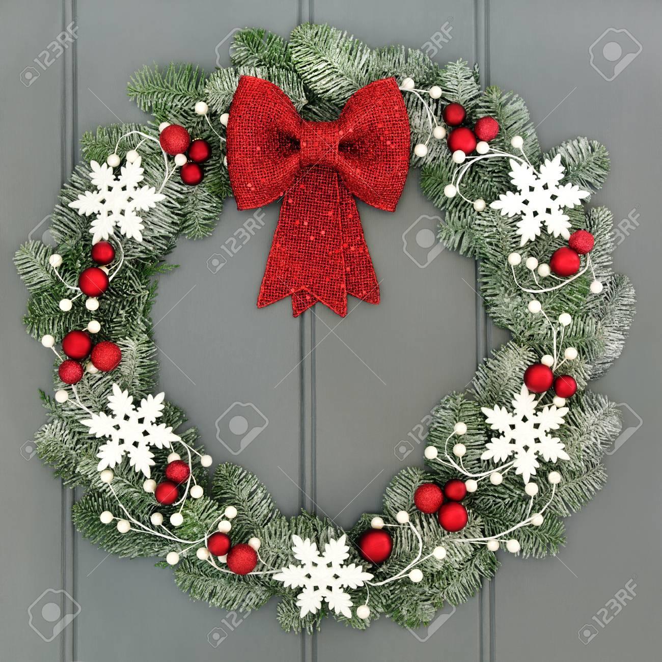 Guirlande De Noel Avec Des Boules Rouges Et Arc Et Blanc Decorations