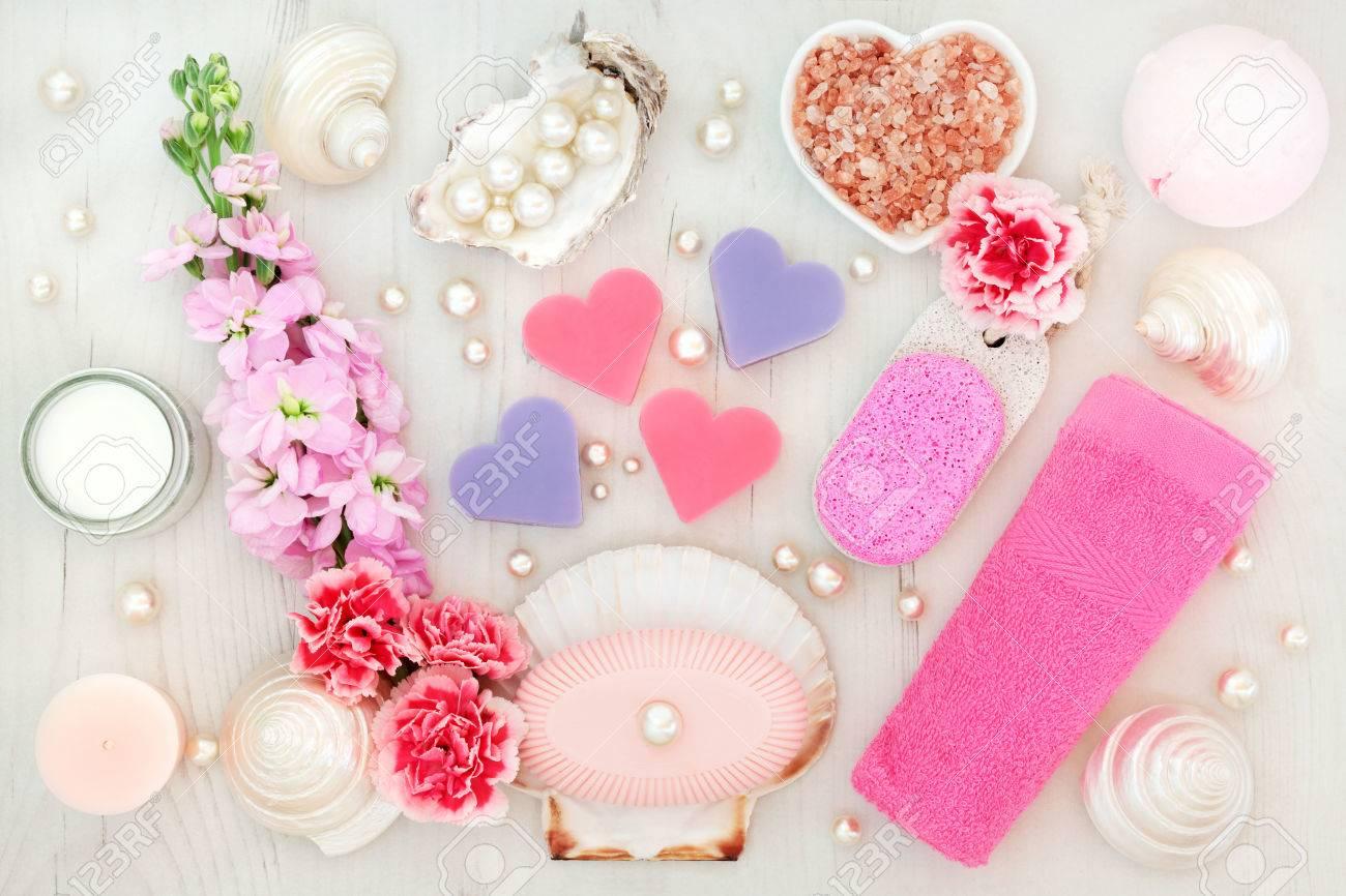 Badkamer en spa behandeling met bloemen himalayazout hydraterende