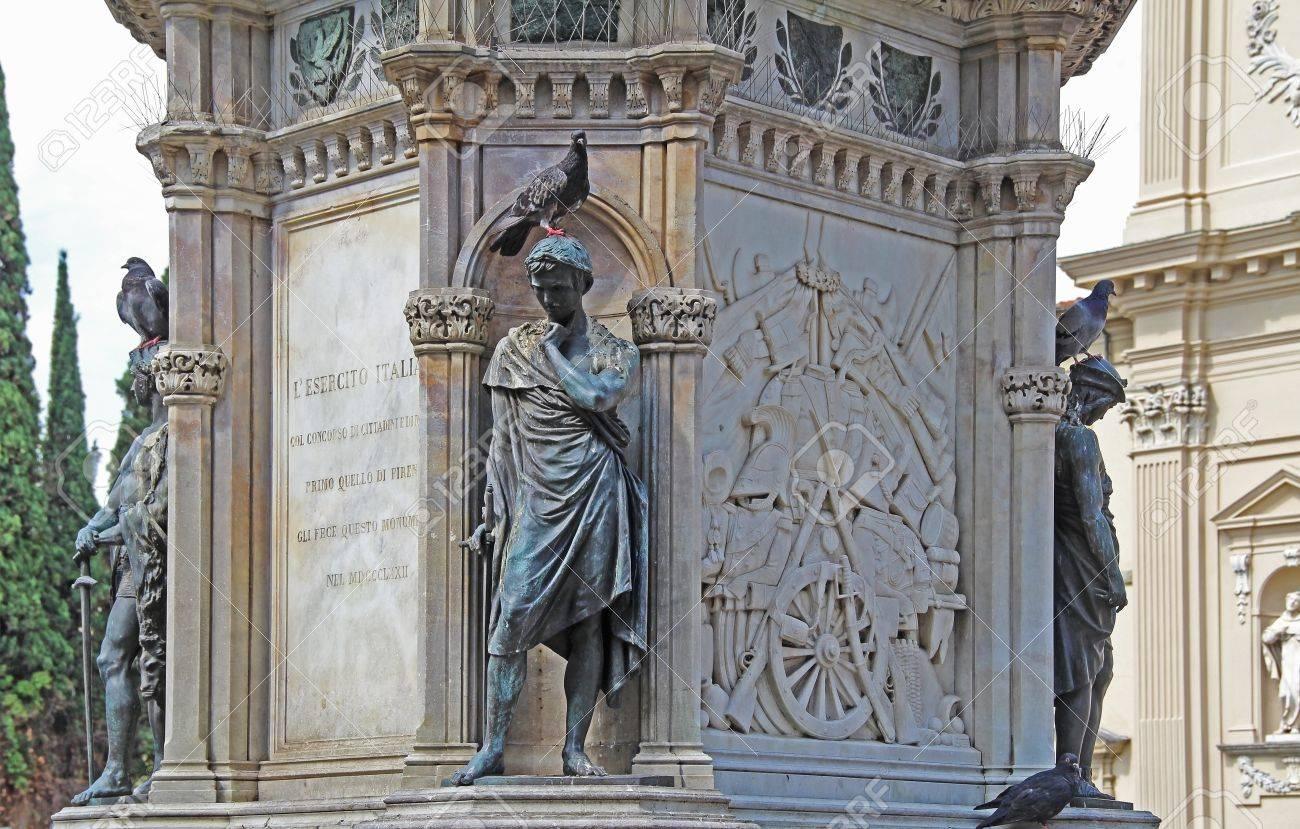 Palomas En El Monumento Al Héroe Del Risorgimento Manfredo Fanti En ...
