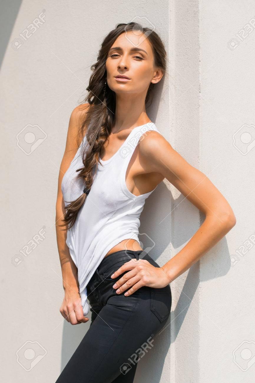 Meravigliosa Donna Bagnata In T-shirt Bianca In Città Vicino Agli ...