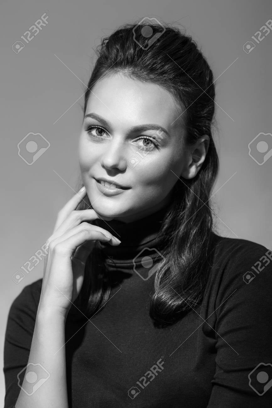 官能的な女性の白黒写真 レトロな Portraite の写真素材 画像素材