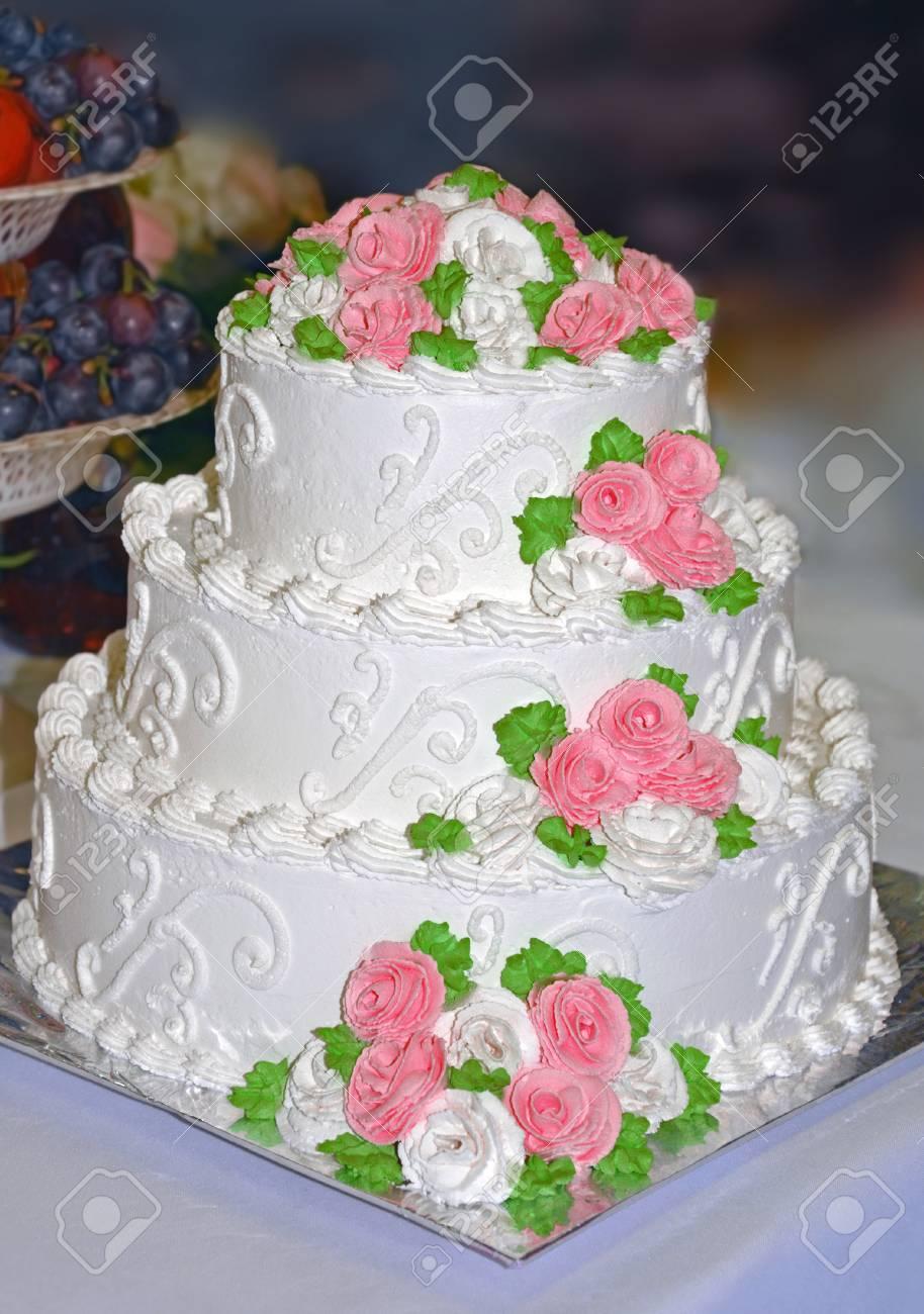 Gâteau De Mariage Blanc Décoré De Fleurs Roses De Crème