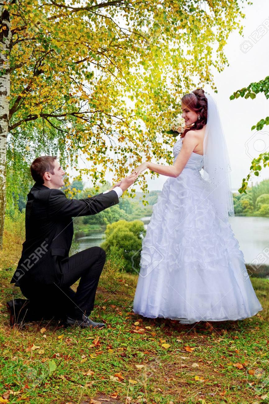 Фото на коленях перед невестой 4 фотография