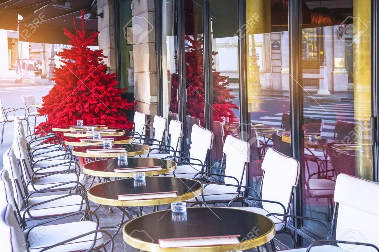 Terrasse Vide D Un Cafe Parisien Typique Et Un Arbre De Noel Rouge