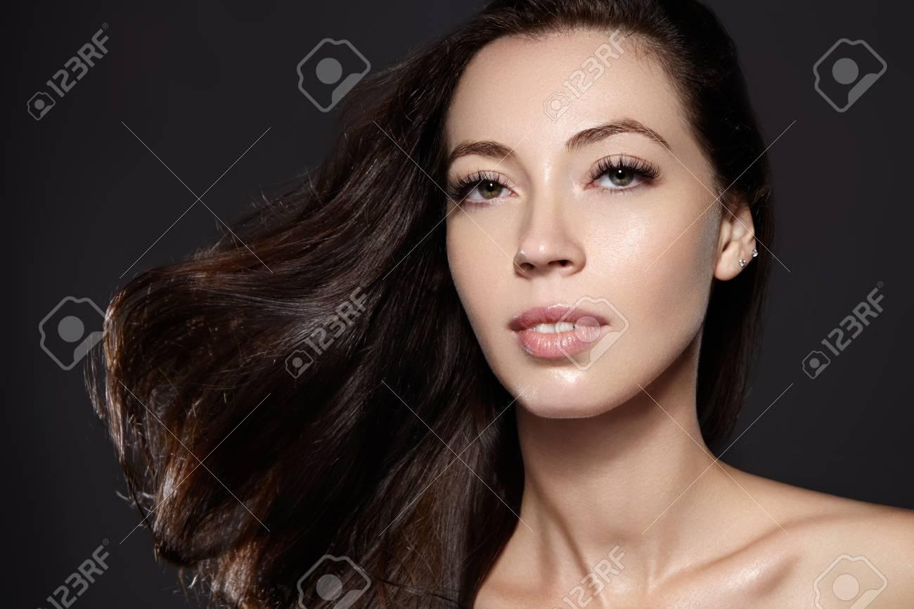Modelo Hermoso De La Mujer Joven Con Volar El Pelo Marrón Del Color.  Retrato De Belleza Con La Piel Limpia 65395925d163