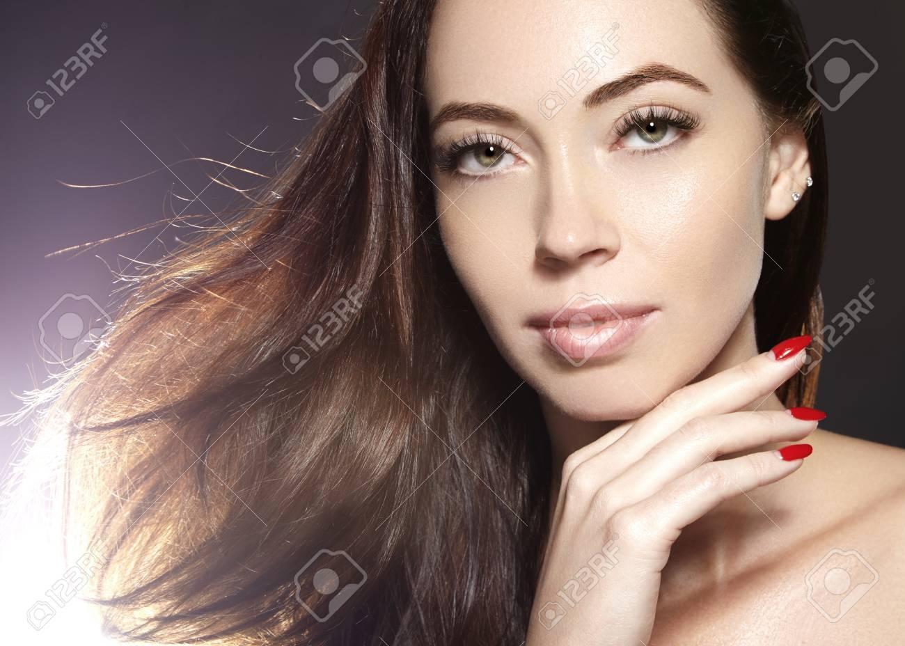 Modelo De Mujer Joven Hermosa Con El Pelo De Color Marrón De Vuelo. Retrato  De Belleza Con La Piel Limpia 764c10f1bb2a
