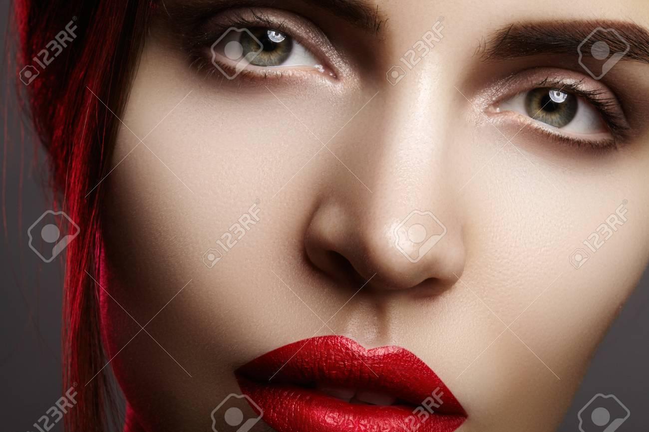 Couleur Avec Du Rouge closeup portrait avec du visage de belle femme. couleur rouge du maquillage  pour les lèvres de la mode, peau propre et brillante et rouge à lèvres