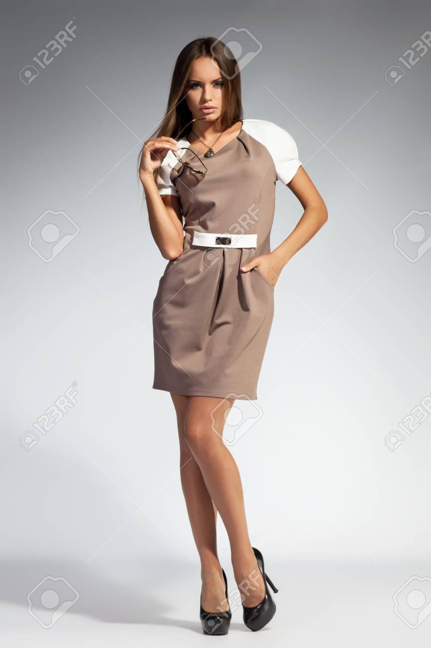 1ff104b0aff Banque d images - Belle jeune fille adulte de porter un coup de robe de  soirée élégante Studio