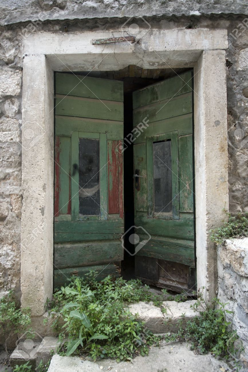 Alte türen  Eine Alte Türen Geöffnet Lizenzfreie Fotos, Bilder Und Stock ...