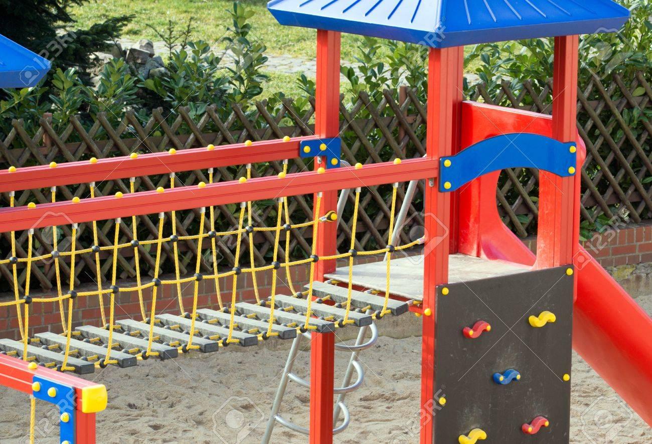 Klettergerüst English : Klettergerüst mit rutsche auf einem spielplatz lizenzfreie fotos