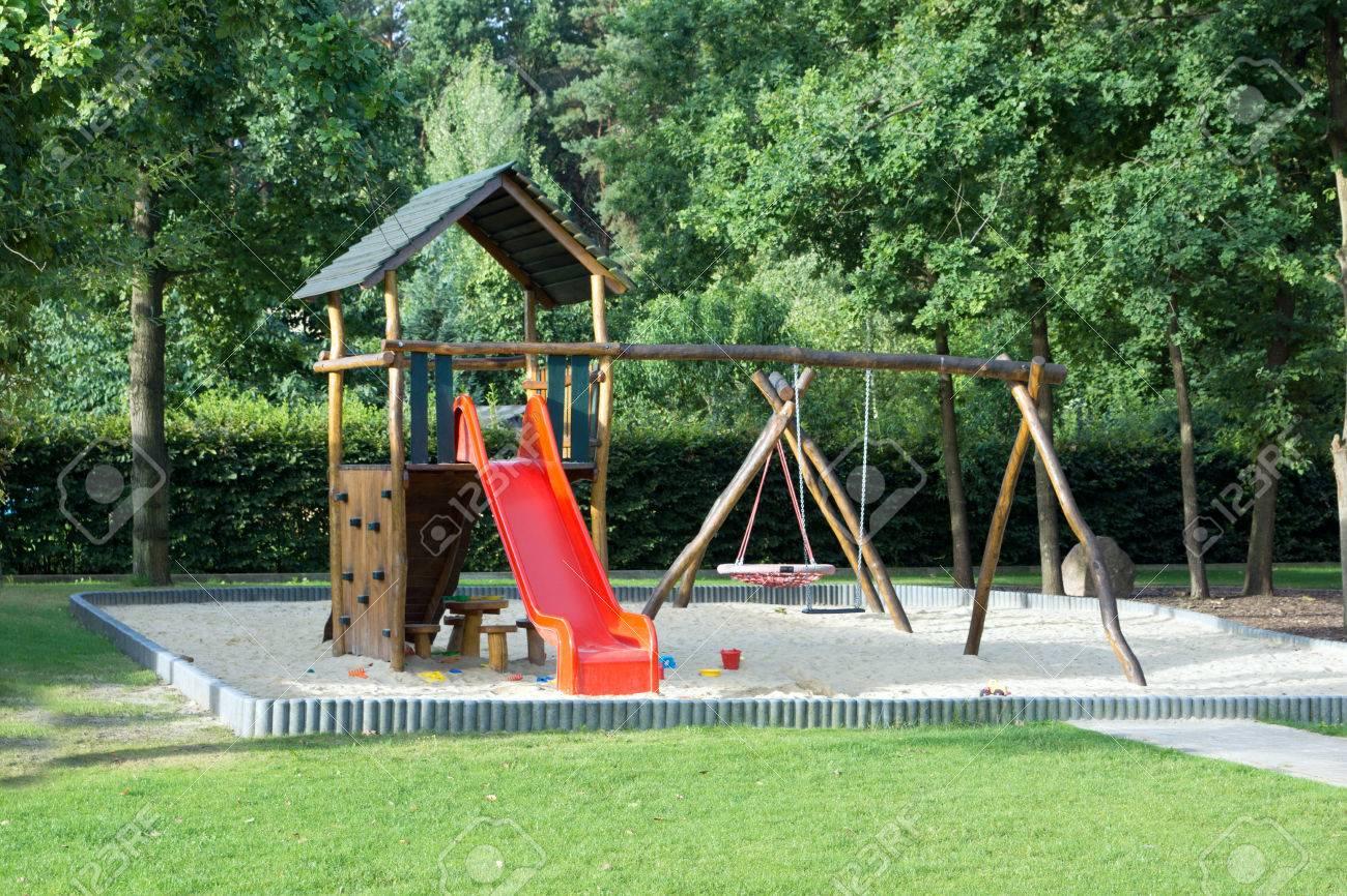 Klettergerüst Spielplatz : Große spielplatz mit sandkasten und klettergerüst lizenzfreie