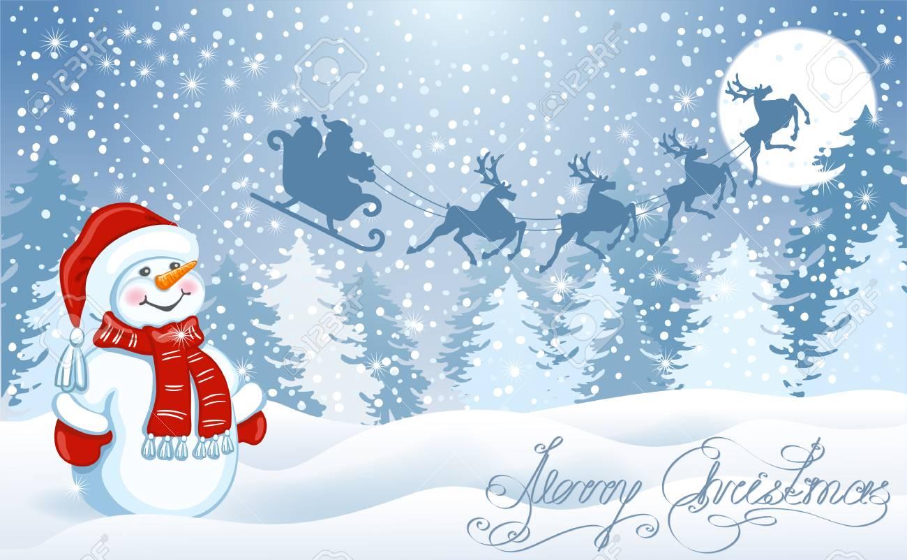 Carte De Noël Avec Le Bonhomme De Neige Drôle Dans Le Chapeau De Santa Contre Le Fond De Forêt D Hiver Et Le Père Noël Dans Le Traîneau Avec L équipe