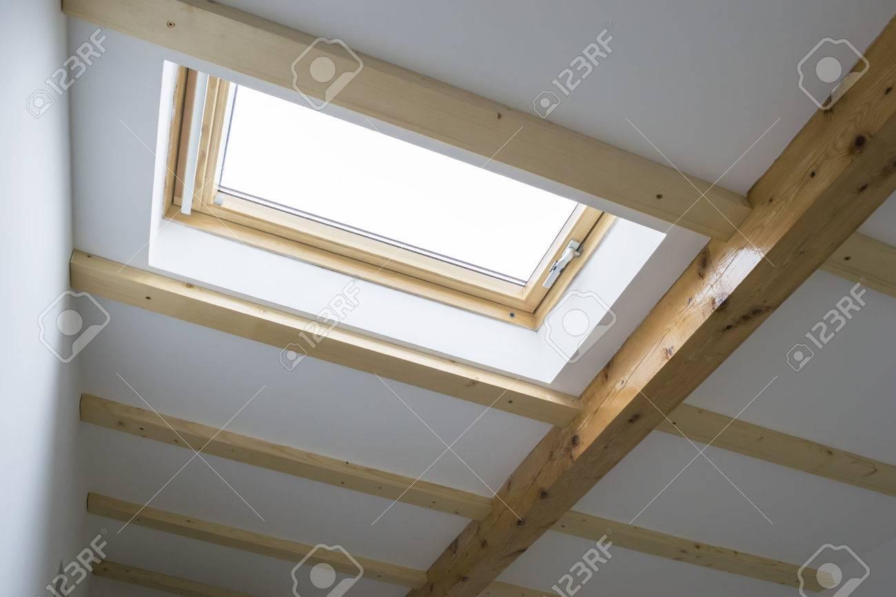 skylight genstalleerd op het dak van een huis zolder voor verlichting en ventilatie interieur uitzicht