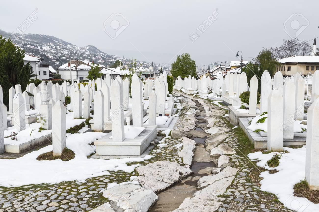 Ein Muslimischer Friedhof An Einem Schönen Wintertag In Sarajevo ...