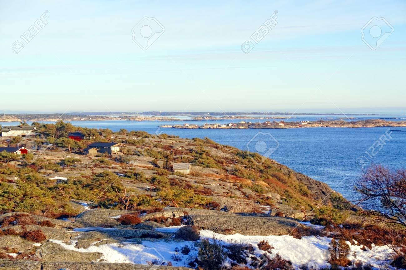 Vista De Coloridas Casas De Veraneo De Madera Con Terraza En El Camping Evergreen Vegetación En Las Rocas Vista Del Mar Del Norte Kragero