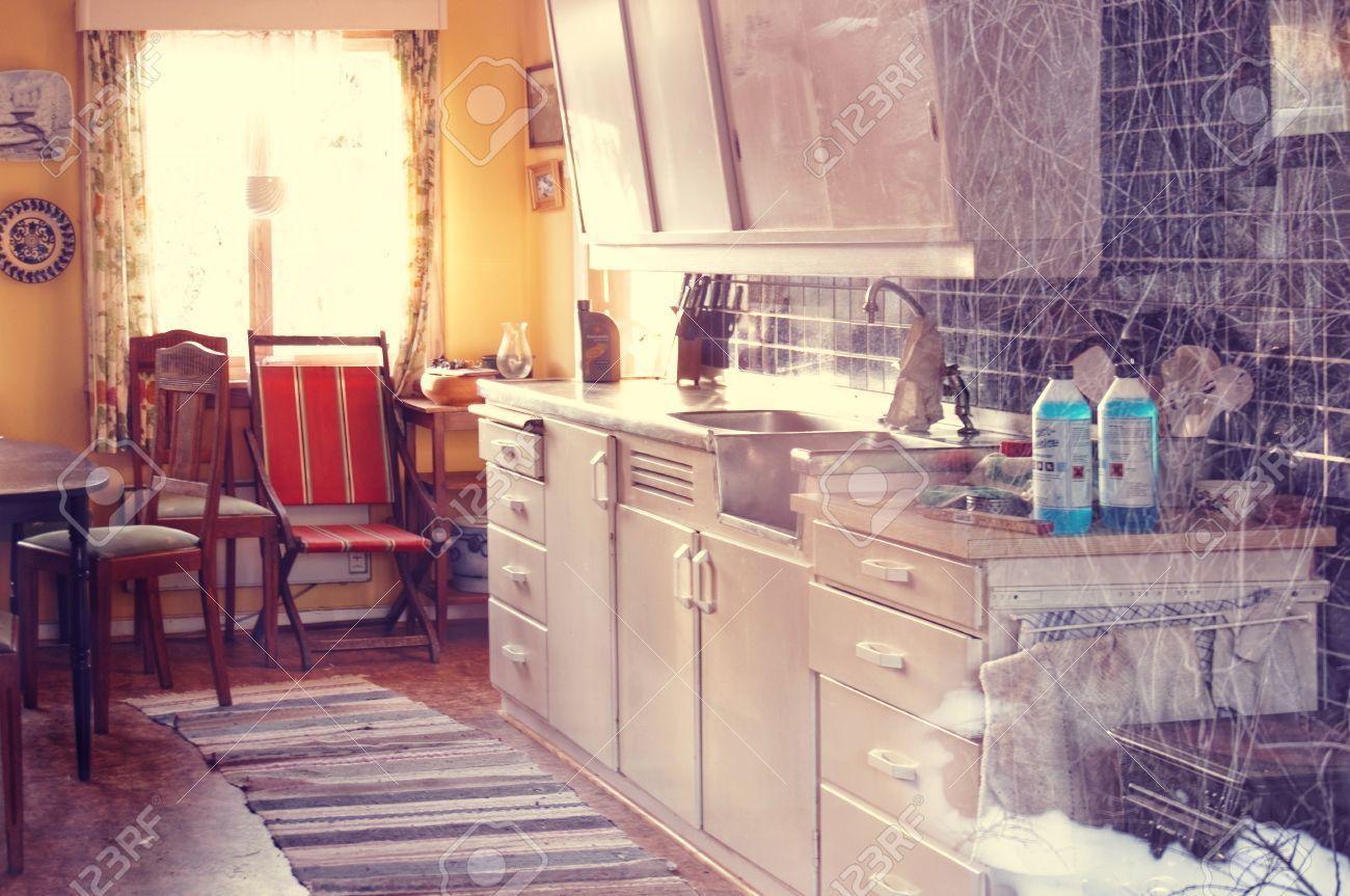 Das Dekor Der Alten Norwegischen Küche. Blick Durch Das Fenster Des ...