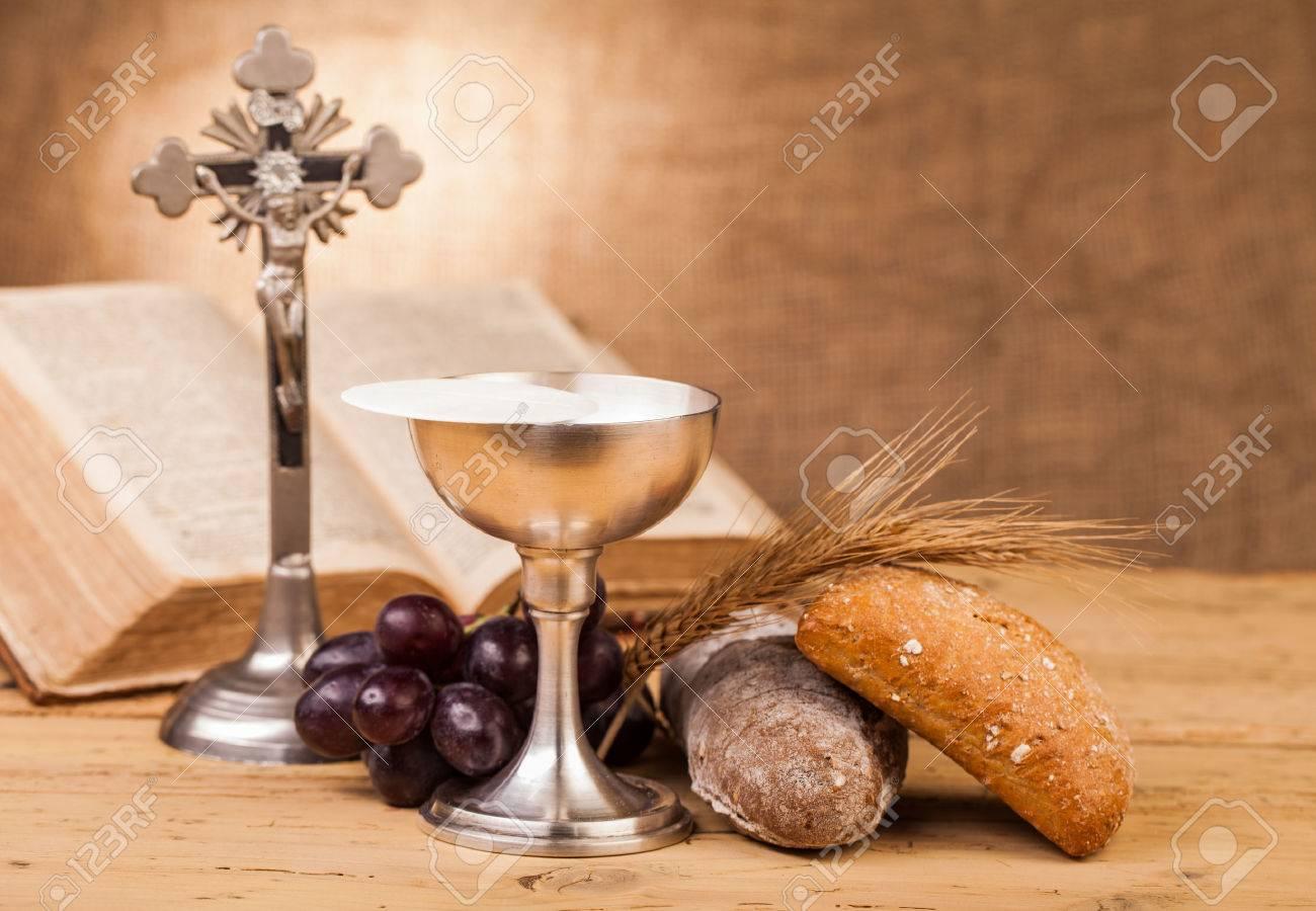 木製のテーブルに聖餐杯 ロイヤ...