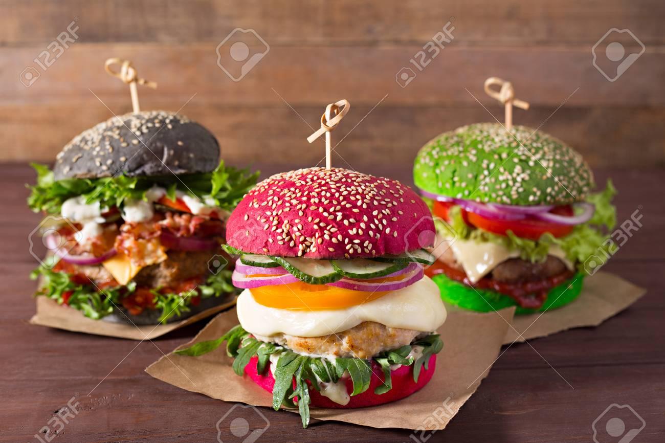Drei Burger Mit Verschiedenen Brot Brotchen Rot Grun Schwarz Auf