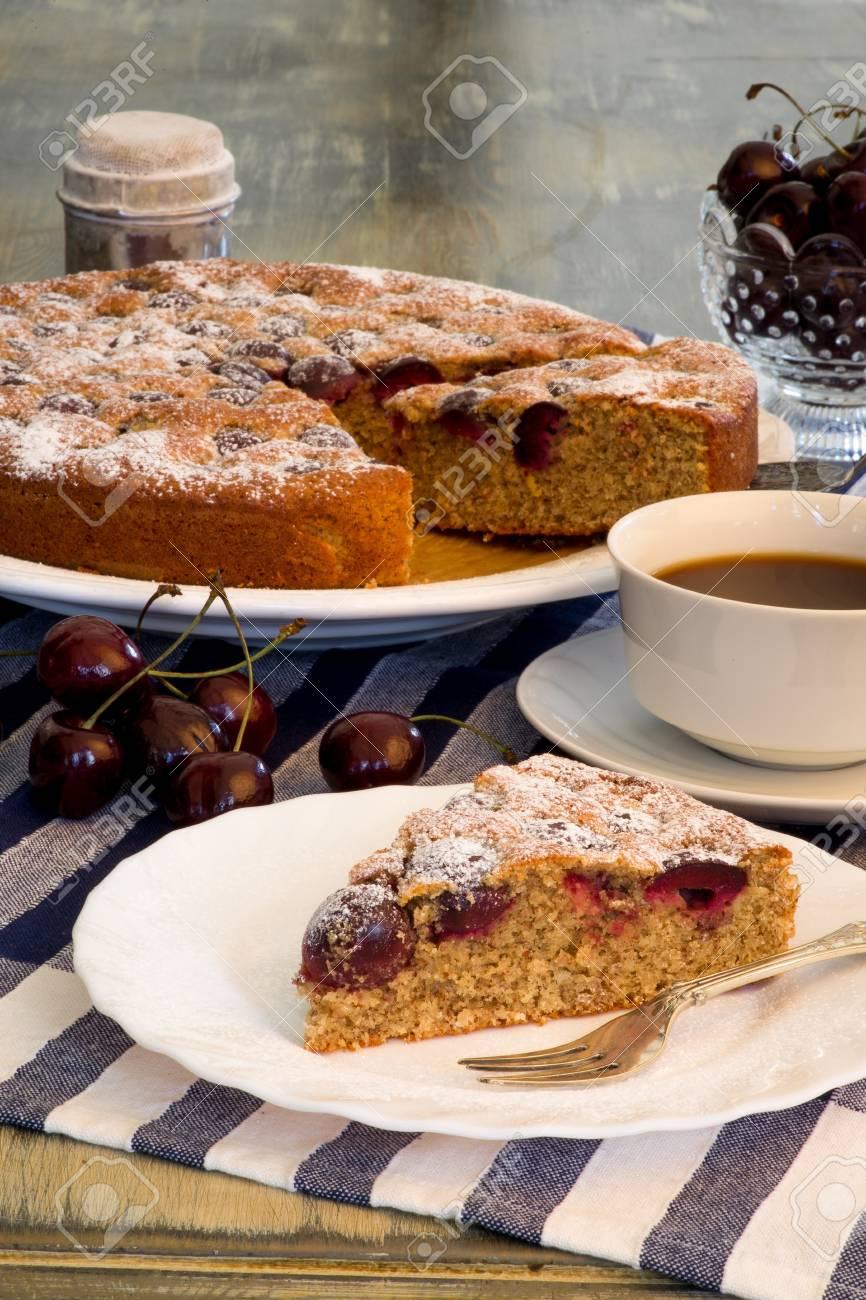 Kirsch Mandel Kuchen Mit Frischen Kirschen In Der Schussel Kaffee