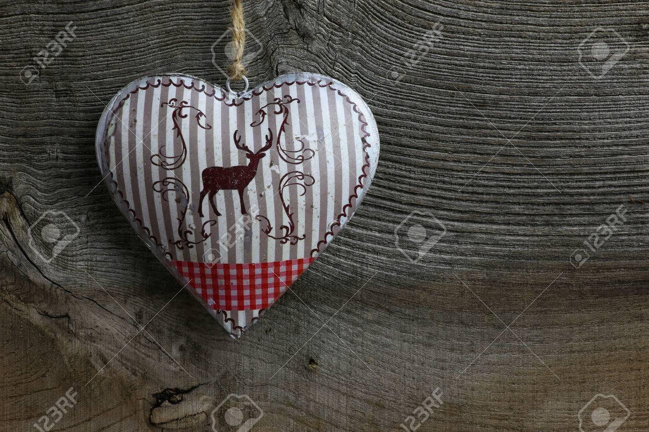 Rustikales Herz aus Holz mit Hirsch