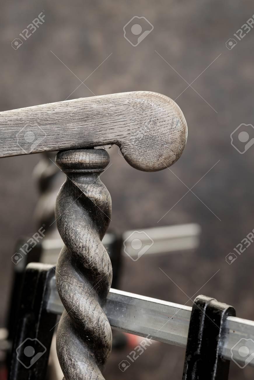 Colla Per Sedie In Legno.Immagini Stock Rotto Vecchio Polveroso Antico Weathered Sedia Di