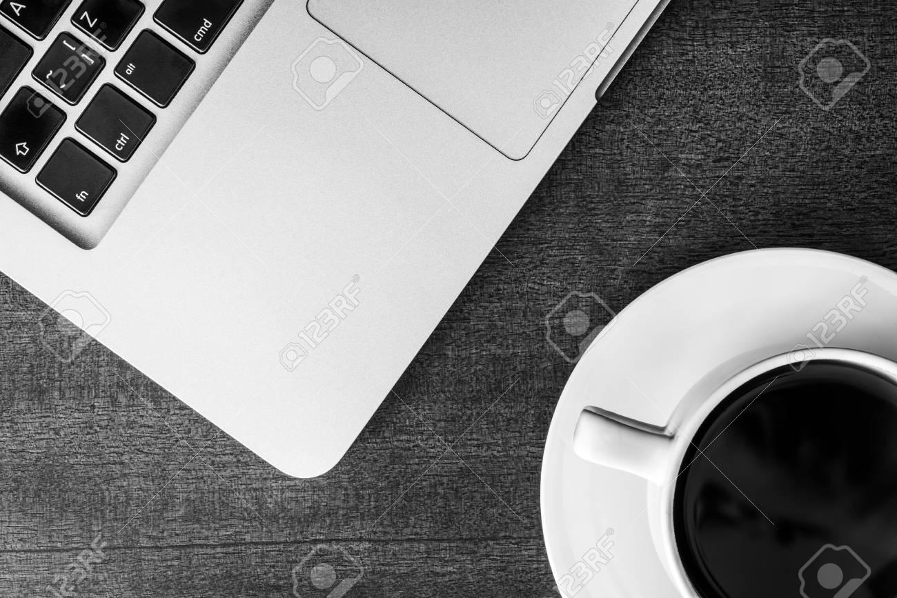 Ufficio Bianco E Legno : Lavoro in ufficio tazza di caffè con il portatile sul tavolo di