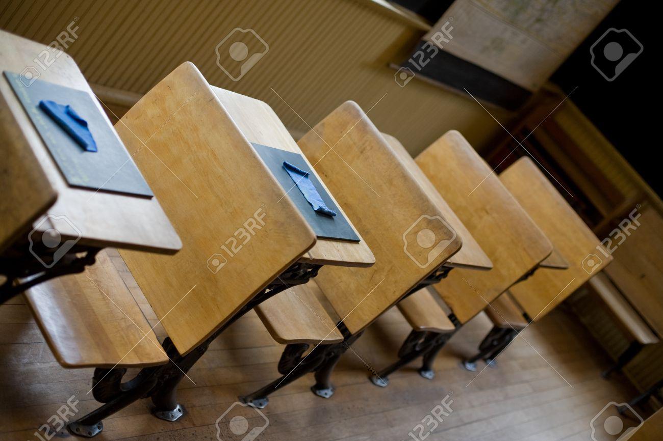 antiguo aula con sillas antiguas y escritorios con pizarras pequeas en los escritorios para la escritura