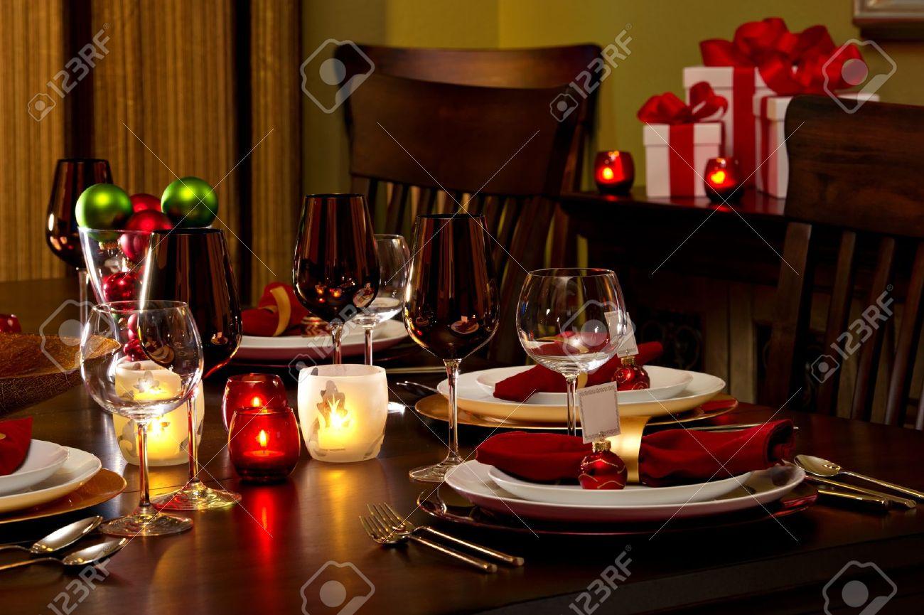 tabla elegante comedor decorado para la cena de navidad foto de archivo