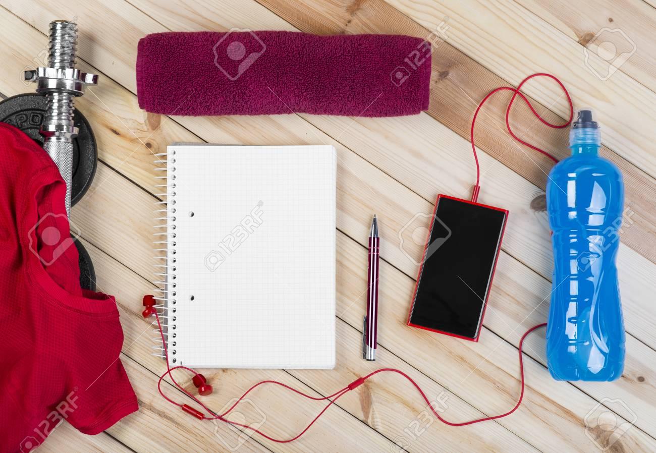 Sportausrüstung. Barbell, Rotes Hemd, Isotonische Getränke, Handtuch ...
