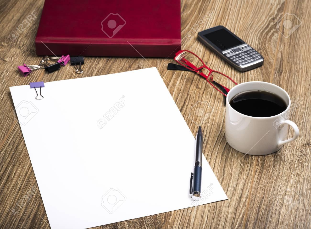Taglia Fogli Per Ufficio : Vista di un ufficio scrivania con il calendario telefono