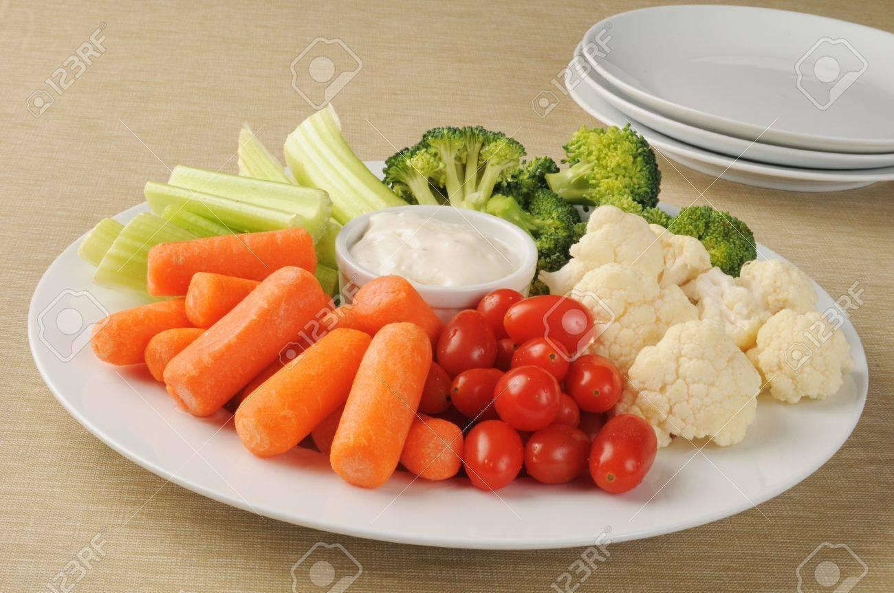 Eine Partei, Teller Mit Gemüse Und Ranch-Dressing Geladen ...