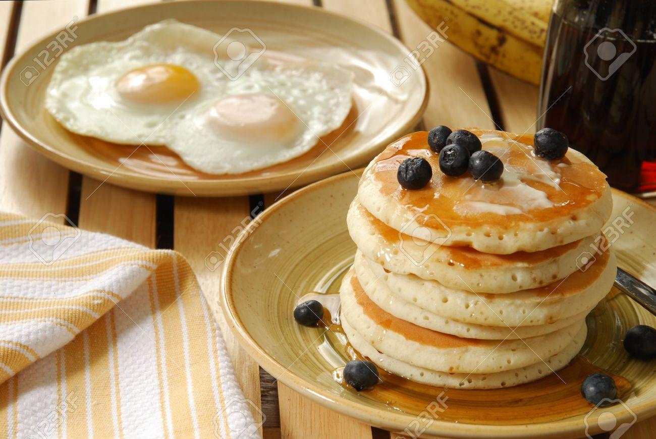 Un Desayuno De Panqueques Con Arándanos Y Huevos Fritos Fotos Retratos Imágenes Y Fotografía De Archivo Libres De Derecho Image 12268448