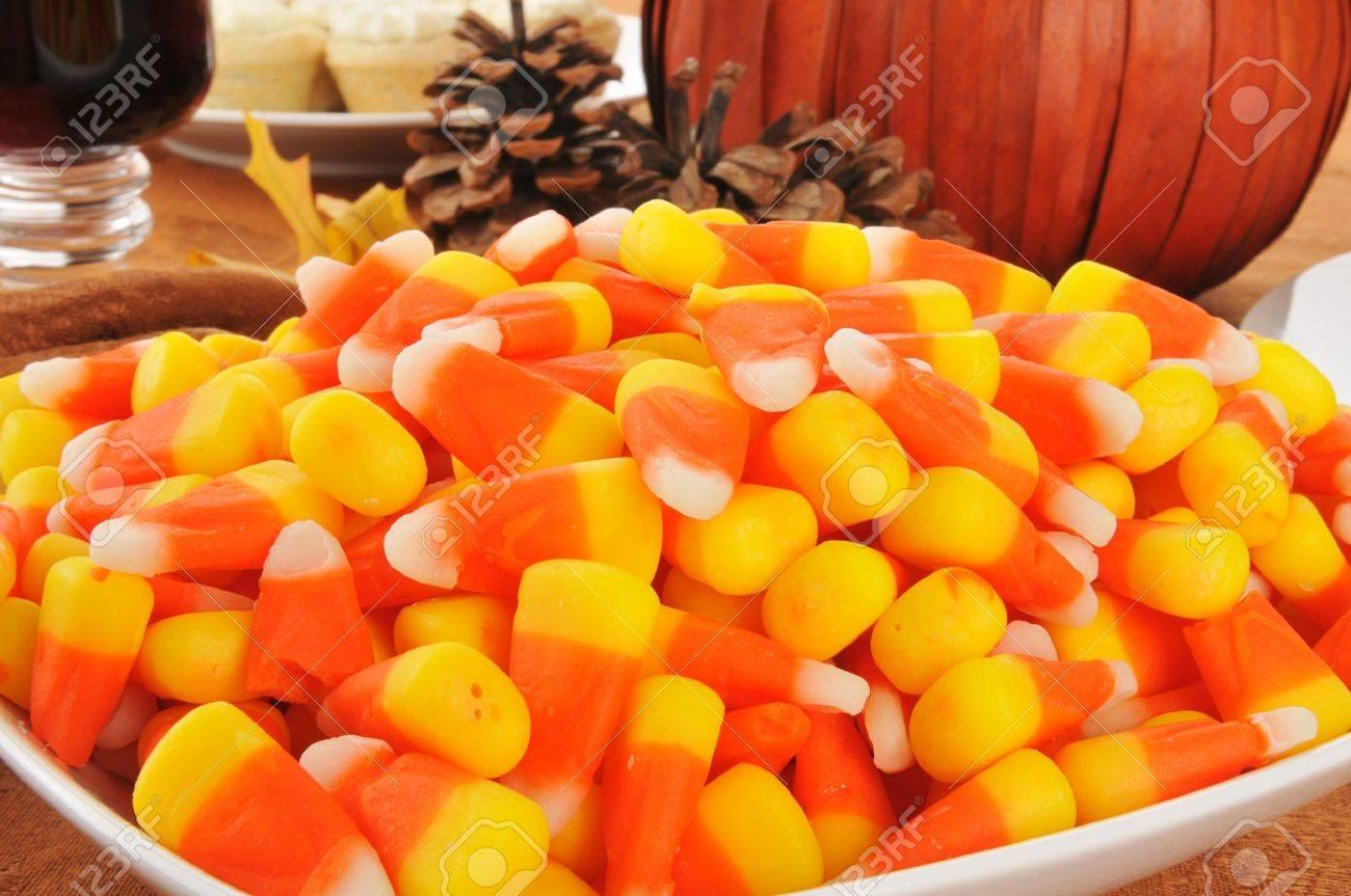 Fesselnd Nahaufnahme Einer Schüssel Süßigkeiten Mais Auf Einem Tisch Mit Einem  Kürbis Herzstück Standard Bild