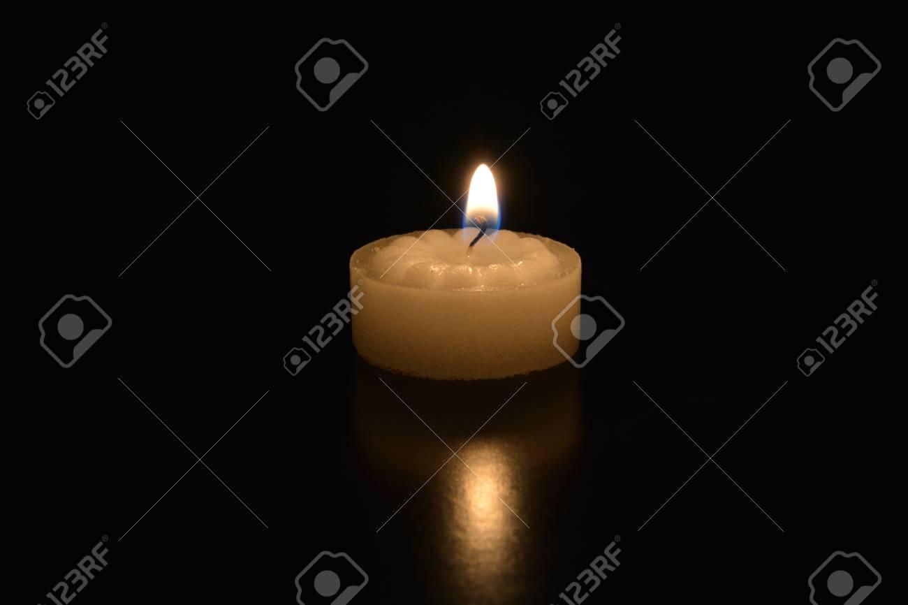 80940463-una-singola-candela-da-t%C3%A8-