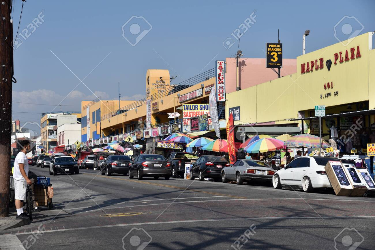 LOS ANGELES, CA/USA - JUNE 19, 2017: The busy Los Angeles Fashion District in the afternoon. - 136576246