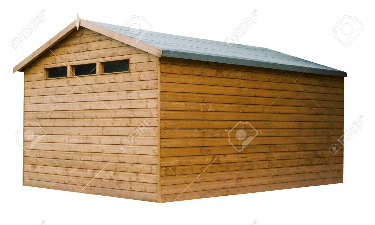 Grand abri de jardin en bois teinté avec un fini naturel sur un fond blanc  isolé avec un chemin de détourage