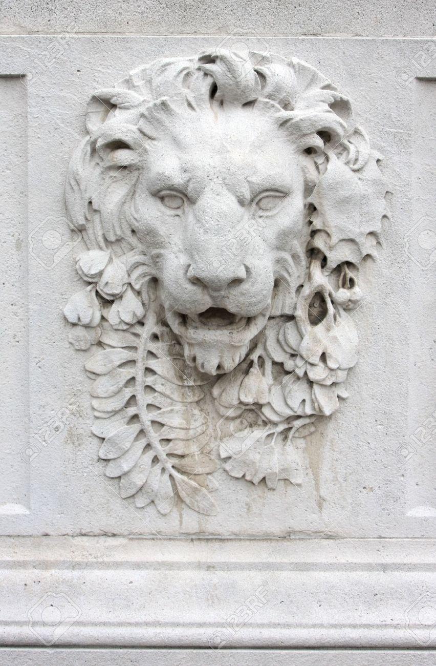 CAPILLA: Sala de Reuniones 3189437-Una-fotograf-a-de-una-cabeza-de-le-n-muro-de-piedra--Foto-de-archivo