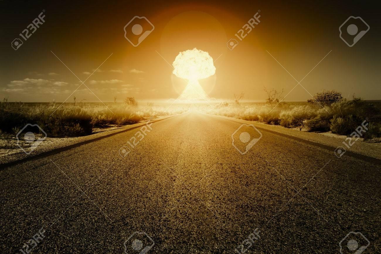 L'immagine di una strada a una bomba nucleare Archivio Fotografico - 36301776