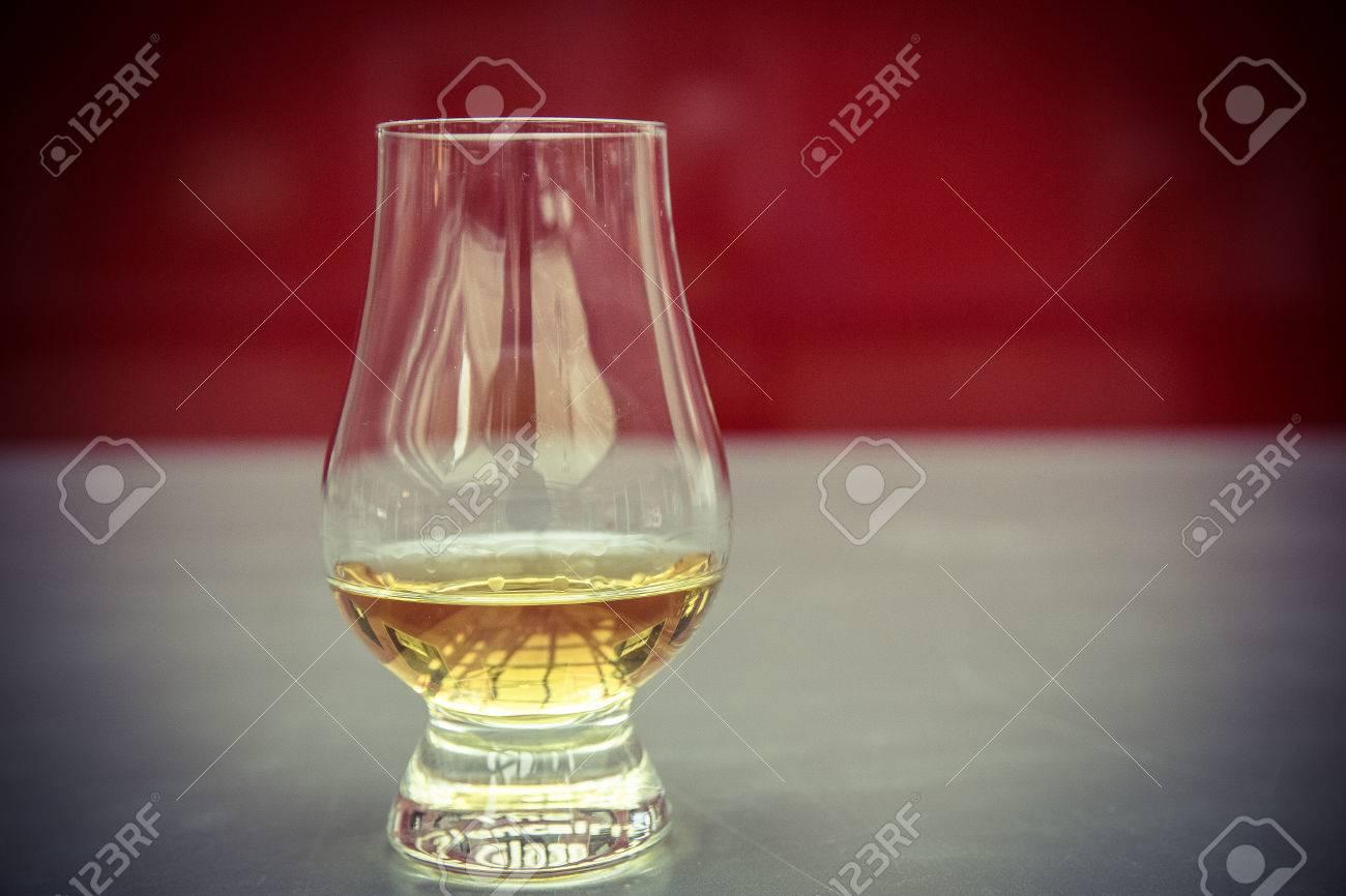 golden Whiskyglas ohne Eiswürfel Standard-Bild - 61502346