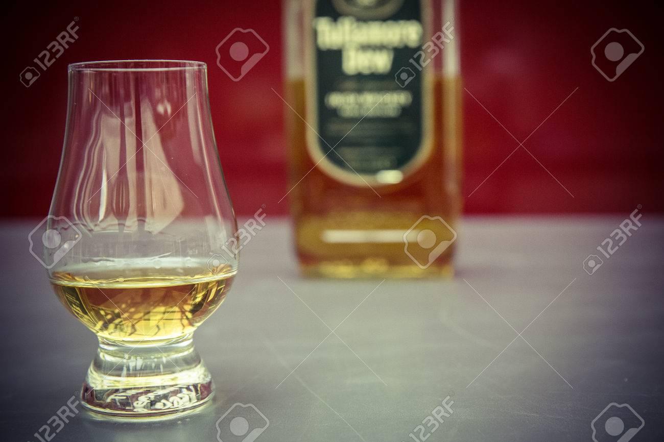 whiskey glass and bottle Standard-Bild - 61502349