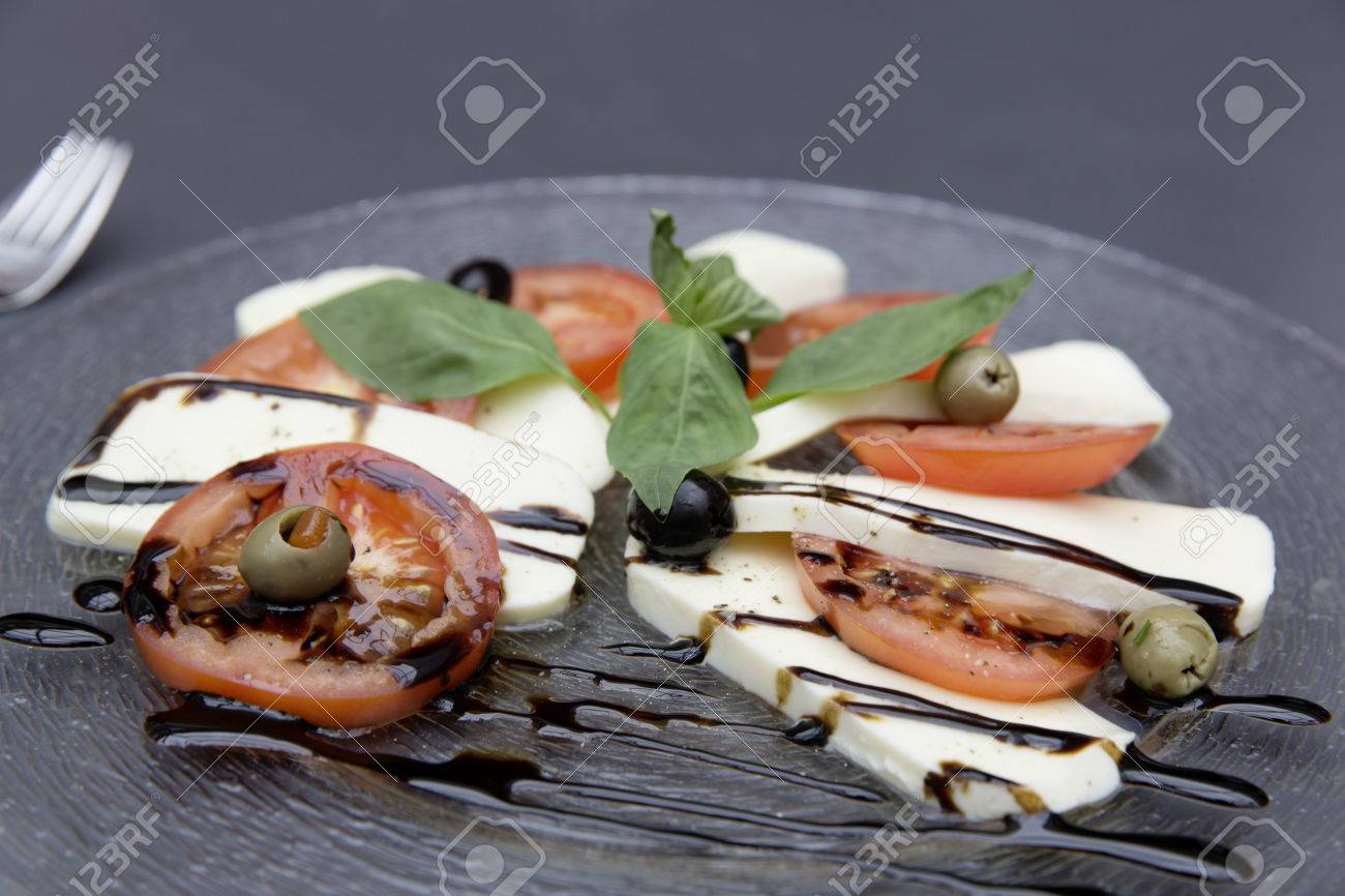 frischen Caprese-Salat Standard-Bild - 61502352