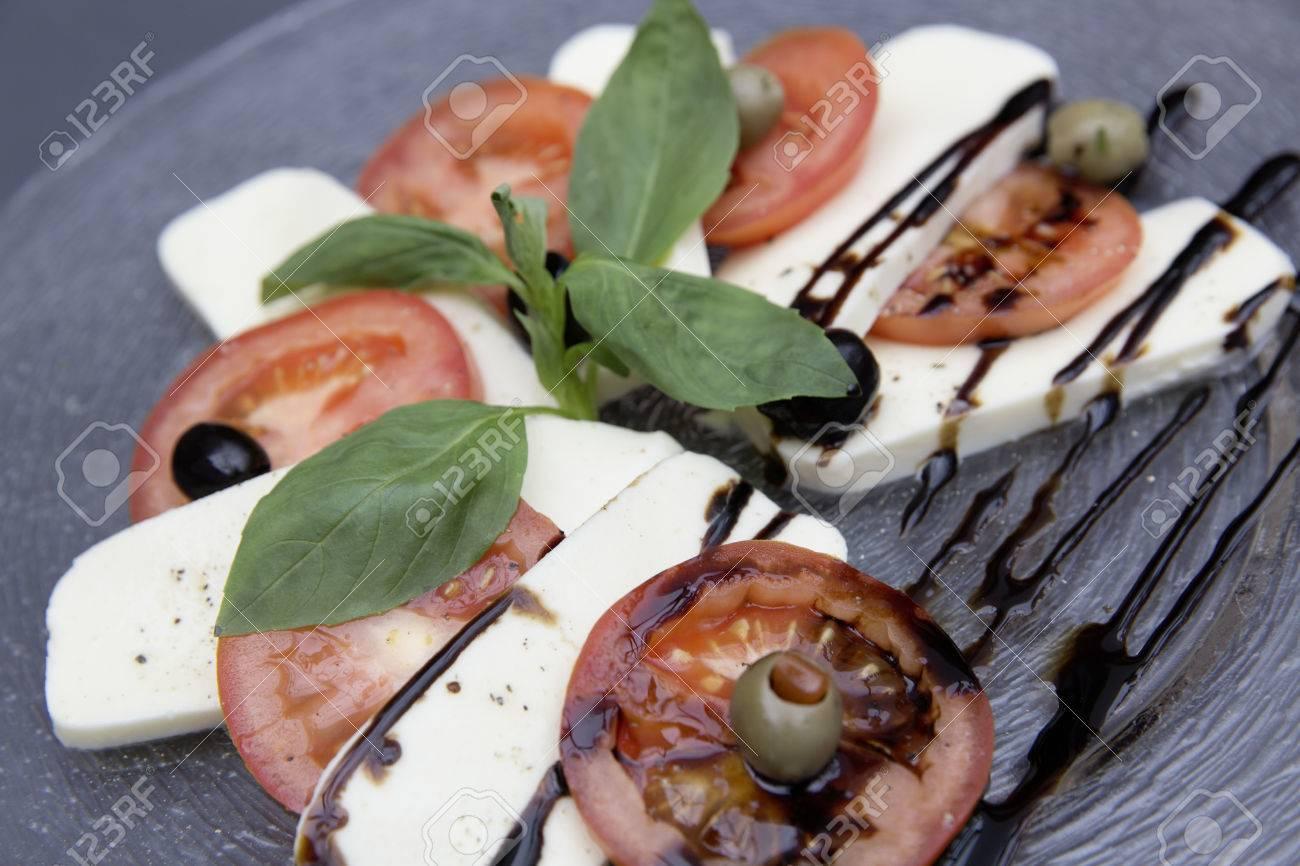 fresh caprese salad Standard-Bild - 61502355