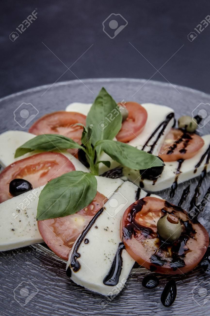 frischen Caprese-Salat Standard-Bild - 61502398