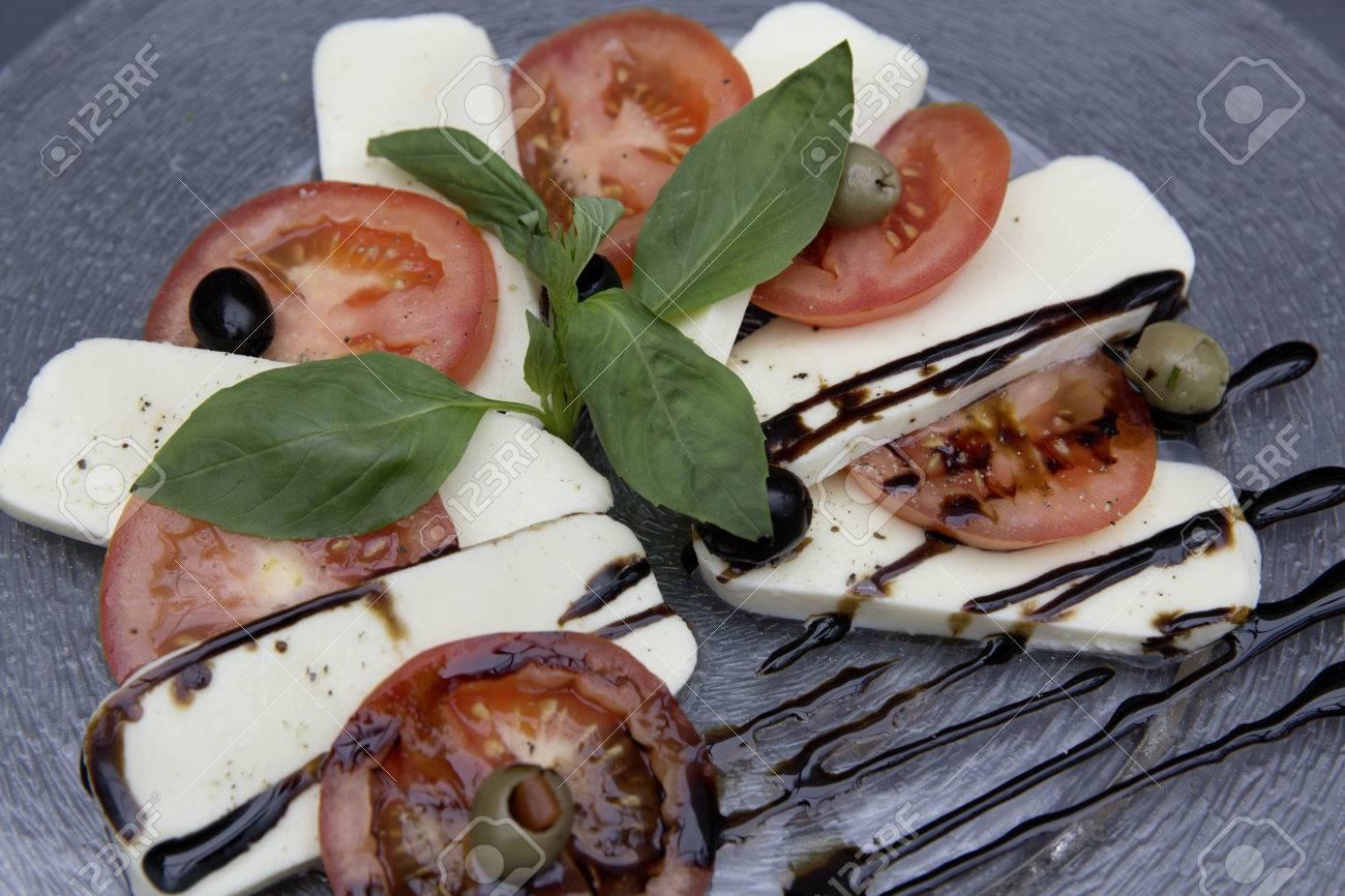frischen Caprese-Salat Standard-Bild - 61502399