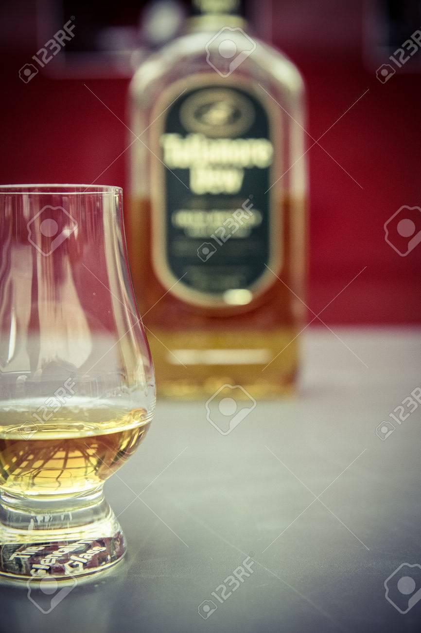whiskey glass and bottle Standard-Bild - 61502404